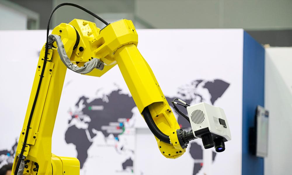 ロボットの先端についたテレビカメラで、製品の検査